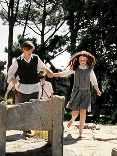 peter and lucy pevensie + handholding Narnia Lucy, Narnia Cast, Lucy Pevensie, Edmund Pevensie, Narnia Prince Caspian, Narnia Movies, William Moseley, Georgie Henley, Chronicles Of Narnia