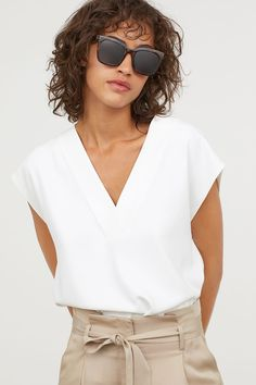 Freshen your look with a crisp new shirt or blouse from H&M. Shop online for classic white shirts, camisoles and more in a variety of colors and textures. Blouse Col V, V Neck Blouse, Work Blouse, Office Blouse, White Shirts Women, Blouses For Women, White Blouses, Women's Blouses, Lady
