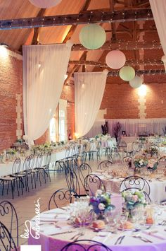 Mariage Liberty. Normandie. Centre de table. Centerpiece. Fleurs. Flowers. ©Les crâneuses, wedding planner & designer.