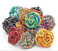 Anéis criados com fios de descarte
