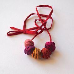 ♥ ♥ GIOIA di colori - Shantung collana - gioielli tessili ♥ Questa collana è il risultato della mia unica e originale design e tecnica e viene effettuata utilizzando solo i materiali di altissima qualità e artigianalità. Essa è rigorosamente fatto a mano impiegando campioni,