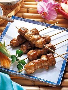 A grillezést sose lehet megunni, a felhasználható alapanyagok és lehetséges kombinációik száma végtelen, itt egy pikáns változat. Bacon, Bbq, Food And Drink, Cooking Recipes, Meat, Kitchen, Fimo, Crickets, Barbecue