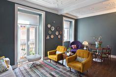 Fauteuils safran, murs gris-bleu (avec du vert dedans), touche de violet
