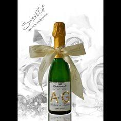 Mini bottiglie di spumante Franciacorta personalizzato con le iniziali degli sposi in cristalli Swarovski: un'idea originale per le bomboniere di matrimonio!