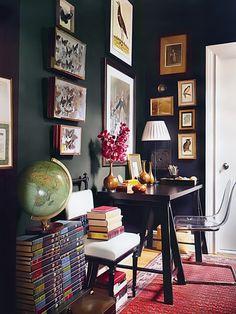 Escrivaninha escura com vasos decorativos