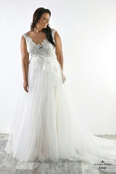 Breathtaking mermaid plus size wedding gown with detachable tulle skirt. Everything to WOW himKoral. Studio Levana