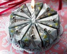So sieht ein Geburtstagskuchen der lukrativen Art aus. Und ein Geldgeschenk, bei dem sich jemand wirklich Mühe gegeben hat. Die Origami-Faltanleitung für die Geldtorte gibt's hier.