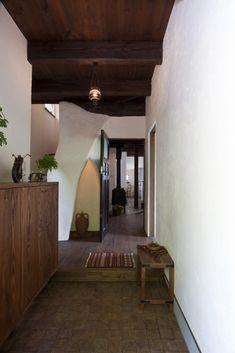 なめらかで美しいフォルム #漆喰 #stucco #玄関 Entrance, Home, Life Space, Wood Ceilings, Sweet Home, Interior, House, Interior Garden, Wood Wallpaper