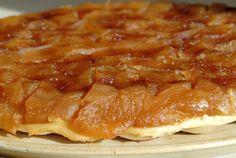 Comment faire une tarte Tatin ? Cette délicieuse tarte aux pommes a été inventée accidentellement dans un hôtel en Sologne. La cuisinière avait oublié de disposer la pâte au fond du moule, elle décida donc de la mettre par dessus les pommes et de la cuire ainsi. On appela alors cette tarte, la « tarte Tatin », d'où le nom de Caroline Tatin, maîtresse des lieux. Découvrez cette recette incontournable de la cuisine française !