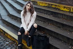 I love this pink turtleneck sweater in combination with distressed jeans. I took this look at the Nordbahnhof in Berlin. I like the mix of soft and grunge in this outfit.