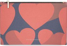 Pin for Later: 50 kreative Geschenkideen zum Valentinstag für jedes Budget  Victoria Beckham kleine Pouch mit Herz-Druck (320 €)