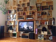 Libreria con cassette di legno da vino