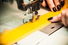Ręczne szycie to sztuka. Potrzeba do tej pracy utalentowanych i doświadczonych rzemieślników, takich jak nasza pani Gosia.