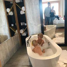 Sonntag ist Badetag  Die Jungs sind gerade in der Wanne und ich schreibe meine To Do Liste für die Woche. Am Bild leider nicht unser Badezimmer sondern das wunderschöne @reitersreserve (Werbung) Wenn man so eine Badewanne im Zimmer hat muss man definitiv baden und Fotos machen.  Ich hoffe ihr hattet ein schönes Wochenende. Unser verlängertes war leider wieder einmal zu kurz aber wundervoll... #lebenmitkindern #familienfoto #baden #bathtime #myboys #familyfirst #familie #liebe #wochenende… Instagram, Bathtub, Bath Room, Have A Good Weekend, Family Photography, Sunday, Advertising, Bathing, Guys