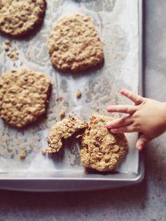 Por fin, una receta de galletas de avena que quedan crujientes y que a la vez contienen ingredientes no tan pecaminosos...