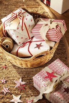 Un Natale in rosso con tocchi rustici e vintage Wrapping Gift, Creative Gift Wrapping, Christmas Gift Wrapping, Christmas Presents, Creative Gifts, Wrapping Ideas, Cozy Christmas, Christmas Time, Xmas