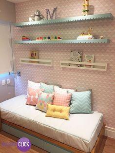 Decoração de Interiores – Quartos Incrível a delicadeza da decoração deste quarto infantil. O papel de parede é o principal elemento nesta composição, em tom de rosa e branco, dá o charme especial em conjunto com as prateleiras. A cama baixa com várias almofadas traz a sensação de aconchego, e as cores claras escolhidas e combinadas para a decoração dão um show de delicadeza. Ficou lindo! Veja mais! http://decoraclick.com.br/decoracao-de-interiores-quartos-23/