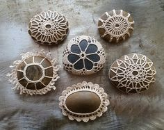 Small crocheted lace stones, www.monicaj.etsy.com