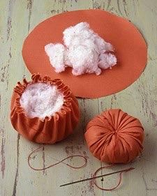 How to make a pincushion Tomato pincushion? Fabric Art, Fabric Crafts, Sewing Crafts, Sewing Projects, Craft Projects, Projects To Try, Diy Home Crafts, Diy Arts And Crafts, Fall Crafts