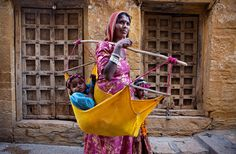 50 Extraordinary Photographs that can happen only in India.I'm not the weaker sex, I can pop babies and carry them around too G Photos, Cool Photos, Life Photography, Travel Photography, The Things They Carried, Mother India, India Facts, Jaisalmer, Photos Voyages