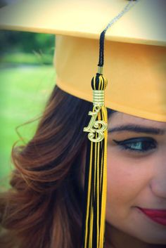 Cute picture for graduation day. Source by College Graduation Pictures, Graduation Picture Poses, Graduation Portraits, Graduation Photography, Graduation Photoshoot, Grad Pics, Graduation Ideas, Senior Portraits, Girl Senior Pictures