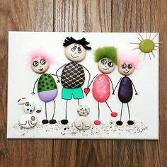 Deniz taşından aile panosu #pano #panorama #hediye #aile #10marifet #creative #sea #stone #taş #taşboyama #doğa #stonepainting #rock #rockpaint #hobinisat #art #dekorasyon #tablo #cafe #yazlik #evdekorasyonu #karikatur #dizayn