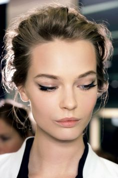 "Spring Beauty : Tamer version of the cat eye, ""kitten eye"". Slim line along the upper lashes with a tiny upward tick at the outer corners. Sharp wings + 1950s + kissable lips"