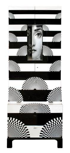 L'oeuvre de Piero Fornasetti, en dépit de l'extraordinaire production de l'artiste (11 000 pièces au cours de sa carrière, et presque autant de fantasques déclinaisons du visage de la cantatrice Lina Cavalieri)