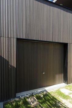 Habillage d'un garage (façade et porte) - Clad 4 Earth. ARCHITECTE : Barrès Coquet