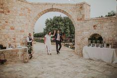 wedding Photos / sunset photo / beautiful couple photoshoot . Beautiful wedding . Wedding in a beautiful venue in Italy full of romance 💖✨ made by noces italiennes #wedding #magic #naturewedding #weddinplanner #fun#fairepart#fairepartmaraige#colorsinature#photobooth#puglia#thisispuglia #love#light #italy #puglia #champetre #weddingcake #dress