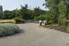 Modern exterieur met landelijke tuin   Z-Wonen   The Art of Living (NL) Ramen, Bungalow, Sidewalk, Plants, Villa, Minimalism, Side Walkway, Walkway, Plant