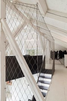 netting/safety wife makes a stylish safety rail for a lost space. Interiorismo en blanco y negro   My Leitmotiv