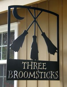 Three Broomsticks -The Wizarding World of Harry Potter – Diagon Alley Escoba Harry Potter, Parque Do Harry Potter, Holidays Halloween, Halloween Crafts, Halloween Decorations, Yard Decorations, Happy Halloween, Harry Potter Halloween Party, Harry Potter Birthday