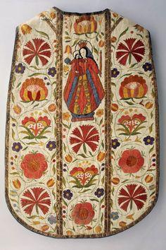 KASEL (MESSGEWAND) LM-3405.206a.1 Kasel (Messgewand). Weisse Kasel mit Stola und Manipel, Maria mit Kind. Blumenmuster. 1600 - 1800. (LM-3405.206a.1-3)