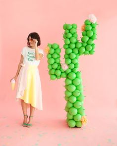 Make this giant balloon cactus with this tutorial. (via Oh Happy Day) Balloon Stands, Balloon Arch, Balloon Garland, Balloon Decorations, Cactus Balloon, Balloon Installation, Llama Birthday, Giant Balloons, Silvester Party