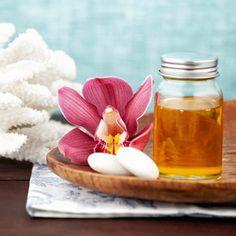 Recette de shampoing pour cheveux cassants au mielPour faire un shampoing qui renforce le cheveux cassés, le blog de grands-meres conseille un mélange à base de rhum et de miel. Pour ce faire, mélangez - 2 jaunes d'oeufs - une cuillère à soupe de rhum - une cuillère à café de miel   Laissez reposer le mélange sur vos cheveux pendant quelques minutes, puis rincez rigoureusement à l'eau bien froide.