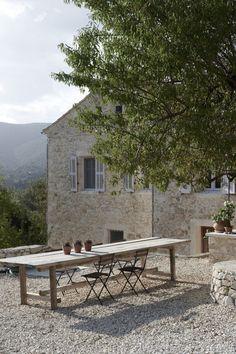 Uitzicht op het platteland, een zwembad,de olijfgaarden enamandelbomen. Love the chair!