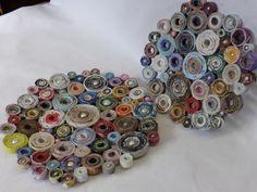 vassoi di carta riciclata e piccole perle.