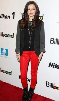 """Cher Lloyd deixa o look sóbrio mais fashion com a calça vermelha """"encerada"""" e bota de cano mais alto com amarração!    Cher Lloyd - Look do dia - Dezembro de 2012 - CAPRICHO"""