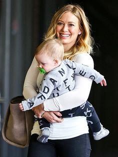 TOTE-ALLY ADORBLE photo | Hilary Duff. Zoontje Luca van Amerikaans popzangeres en actrice Hilary Duff in een outfit van het merk Nununu!