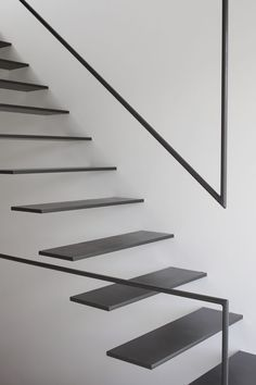 Images by Daisuke Shima / ad hoc inc. Cantilever Stairs, Stair Handrail, Staircase Railings, Stairways, Steel Stairs Design, Railing Design, Staircase Design, Stair Design, Detail Architecture