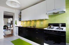 Бело-черная кухня с добавлением контрастного цвета.