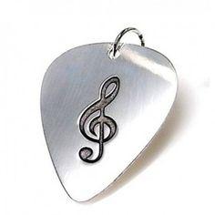 Colgante de plata de primera ley con forma de pua de guitarra con una clave de sol grabada. Dimensiones 3 cm de largo y 2,5 cm de ancho