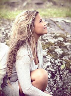 love her hair hair Bohemian Hairstyles, Messy Hairstyles, Pretty Hairstyles, Beach Hairstyles, Everyday Hairstyles, Vintage Hairstyles, Wedding Hairstyles, Undone Look, Messy Braids