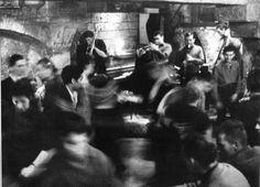 """Les gamins de Belleville - 1959 - Crédit Photo: © Willy Ronis  Le Café de France - 1979 - Crédit Photo: © Willy Ronis  Les amoureux de la Bastille - Crédit Photo: © Willy Ronis  """"Je suis allé les voir, ils s'appelaient Riton et Marinette, et j'ai vu qu'ils avaient le poster encadré dans le café, qui se trouvait à l'angle de la rue du Faubourg-Saint-Antoine et de la rue des Tournelles. Ils m'ont accueilli cordialement. Ils n'étaient montés qu'une seule fois sur la colonne, ils s'en…"""
