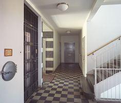 Rymlig och snygg trappuppgång i ett 30-talshus.