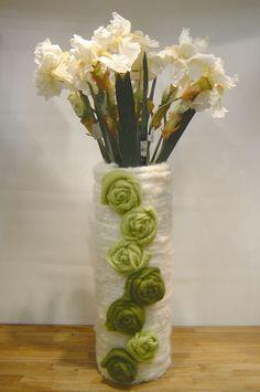 Stará váza omotaná ficovou šnúrou a ozdobená filcovými kvetinkami. Nádhera.
