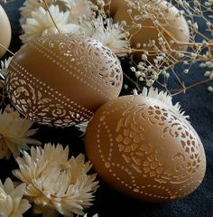 Looking like fine victorian lace, the carved eggs created by Beth Ann Magnuson are the definition of the word delicate. Carved Eggs, Hand Carved, Egg Crafts, Arts And Crafts, Victorian Lace, Egg Art, Egg Decorating, Egg Shells, Easter Eggs