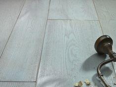 """Dřevěná podlaha z kolekce """"sawn and planed"""" odkazuje na minulost. Podlahy s rustikálním a působivým vzhledem, které Bassano Parquet vytváří pomocí barevných olejů a také přirozenou reakcí dřeva dodávají prostorům autentický vzhled. Door Handles, Design, Home Decor, Door Knobs, Decoration Home, Room Decor, Home Interior Design, Home Decoration"""