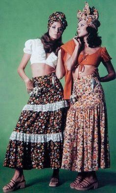 Foto de Zuzu Angel e Ana Cristina, vestindo criações de Zuzu, está entre as mais de 60 imagens autorizadas para divulgação, há fotos de família, vestidos, documentos e cartas.